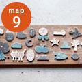 「studiowani」 ブローチ作り体験ワークショップ  ドイツ人妻と日本人夫の夫婦で活動する陶芸ユニット -studiowani- スタジオワニ。2017年独立、築窯。長崎県波佐見町を拠点に活動しています。   『ブローチづくり体験ワークショップ』 形から色付けまで自分で作るワークショップです。オリジナルの型紙から選んでいただき、1時間で2個作ります。   料金:2000円(焼成代・送料込み) 所要時間 約1時間 受付:11:00~15:00(予約不要) 定員 8名
